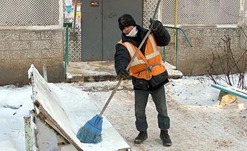 Дворник чистит снег