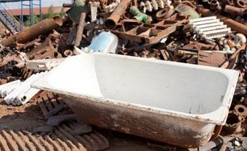 Старая ванна на свалке