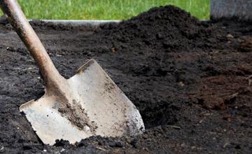 Лопата с землей