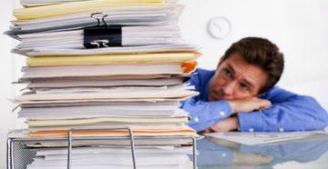 Стопа документов на столе