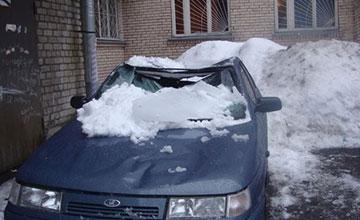 Падение льда с крыши балкона на машину кто виноват